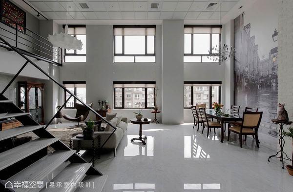 開放合併設計的客、餐廳讓挑高的窗型更顯高聳、壯闊,同時也使空間氣勢加倍放大。