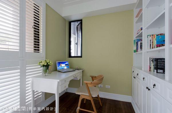 書房以萊姆綠色鋪陳牆面並提升溫度,另外,木百葉窗搭配玻璃門則讓光線順利進入餐廳。