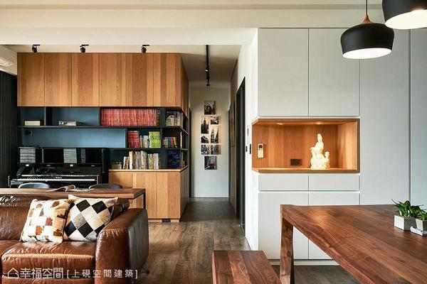 以白色加上木皮的端景櫃體,讓整體風格設計相呼應,搭配廊道盡頭的相片牆,注入生活的暖度。