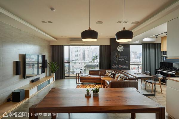 沙發旁的壁面以黑板漆和磁性漆作呈現,提供揮灑創意的角落,也可隨著心情和需求,帶來不一樣的風格面貌。