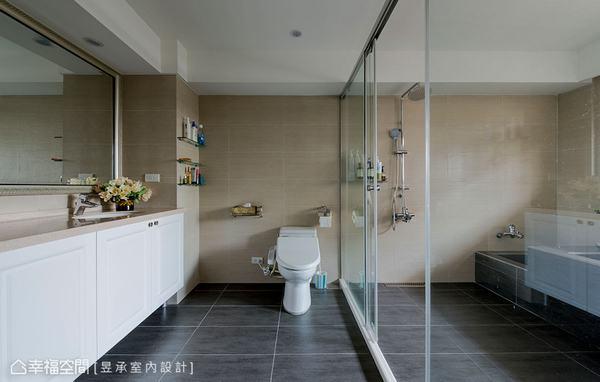 將主臥小更衣間直接讓給主臥浴室,使浴室順利放大之外,還貼心設計出一區養生泡腳池,讓屋主在此可完全放鬆。