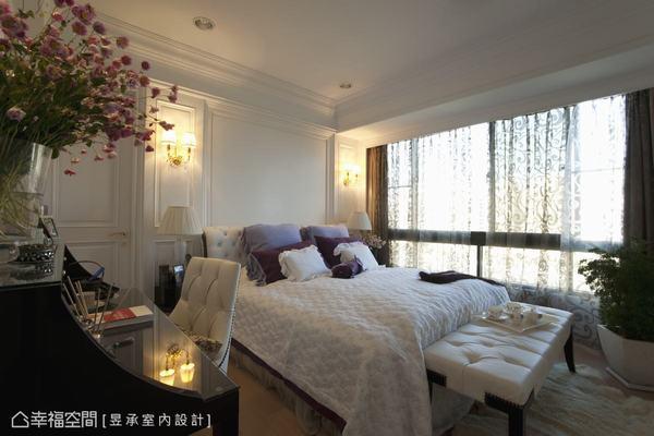 以潔白為主要設計的主臥室,大片落地窗用極富浪漫感的紗幔半遮掩,擋不住的光線柔和傾瀉至床上,整體空間盈滿明亮感。
