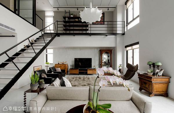 卡拉拉白的大理石電視牆相當低調,淡雅地襯托出家具的實木自然美感,與工業風鐵梯及空橋形成古典與現代的對話。