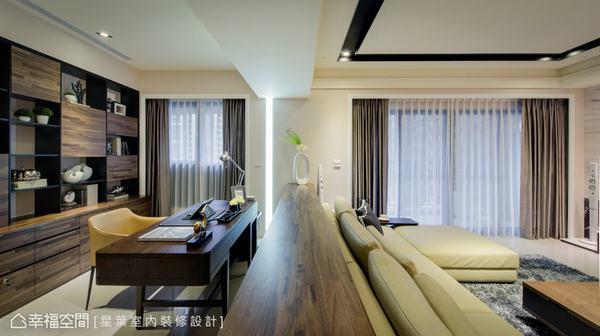 客廳與書房間以短牆作為屏隔,營造視覺層次與對話的小驚喜。此外,並充分利用空間的特性,讓大面開窗引入暖暖陽光,描繪舒適且明亮的個人空間。