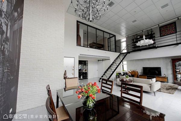 樓上主臥室維持原玻璃屏風結構,並改變窗框色調來呼應風格,而原始OA風格的天花板也只微調漆色,讓管線仍可隱藏其中,也省下一筆預算。