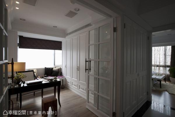 激發滿腹創意的書房,沒有多餘的家具,窄長空間營造出簡單古典風格,呈現雅緻清爽的表情。