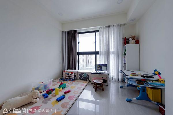 小孩房,考慮到孩子目前還小,就暫時不放裝修預算在這裡,只將空間硬體規劃好,窗簾配置妥當,其他物件就待孩子長大後再添購。