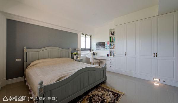 男孩房為已就讀高中的兒子選擇淺灰色調的壁面與白色櫥櫃做搭配,展現出沉穩卻不陰暗的空間感。