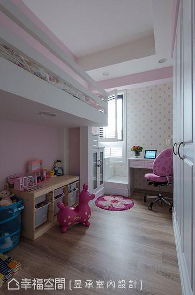 粉紫色女兒房選擇以穩健結構的鋼構上鋪搭配下方遊戲區設計,省下更多使用空間,而上鋪的動線也用系統梯櫃設計來增加收納。
