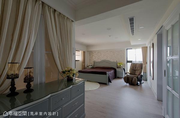 主臥室因折梯改造為L型梯,進而讓原本無用動線可以歸入主臥室內,搭配斗櫃則可形成端景。