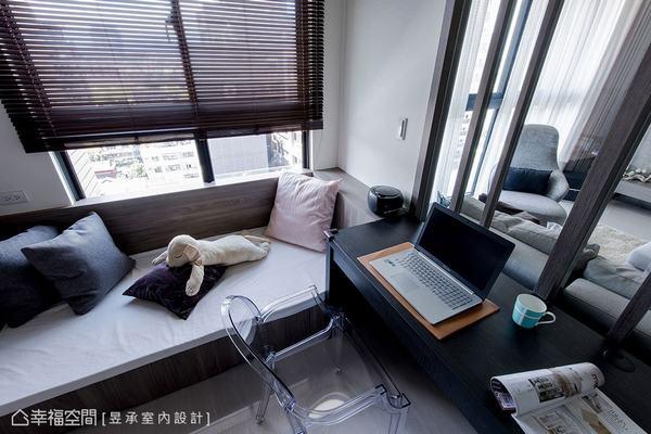 屋主說這個家最美的窗景,就是坐在書房臥榻上臨窗眺望,是獨一無二的私藏美景!