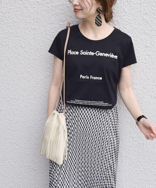 黑色印花T搭配格紋荷葉裙