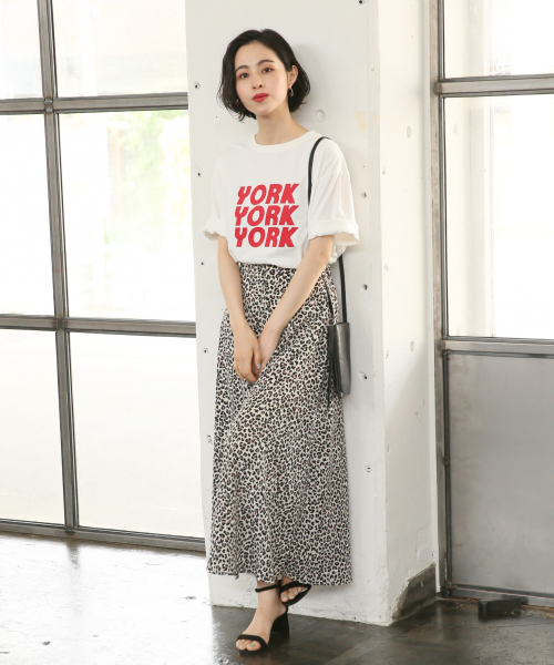 豹紋長裙搭配 LOGO T恤