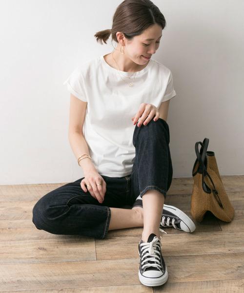 白色素T搭配牛仔褲運動鞋