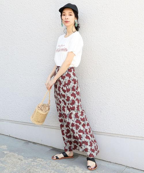 白色印花T搭配窄身印花超長裙