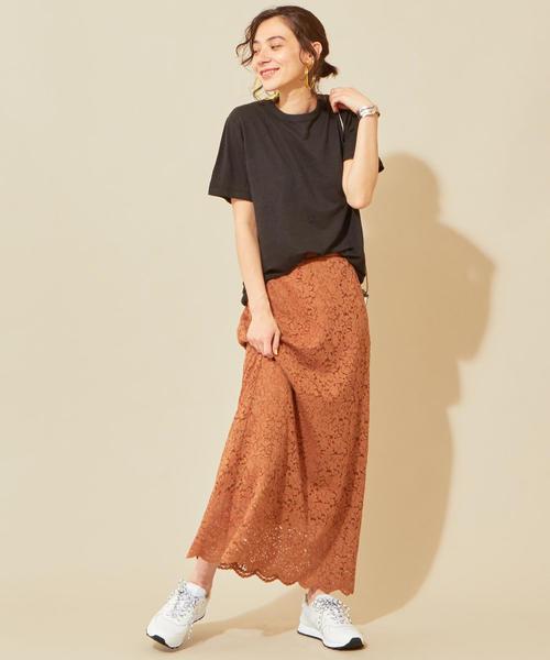 黑色素T搭配棕色滿版蕾絲超長裙