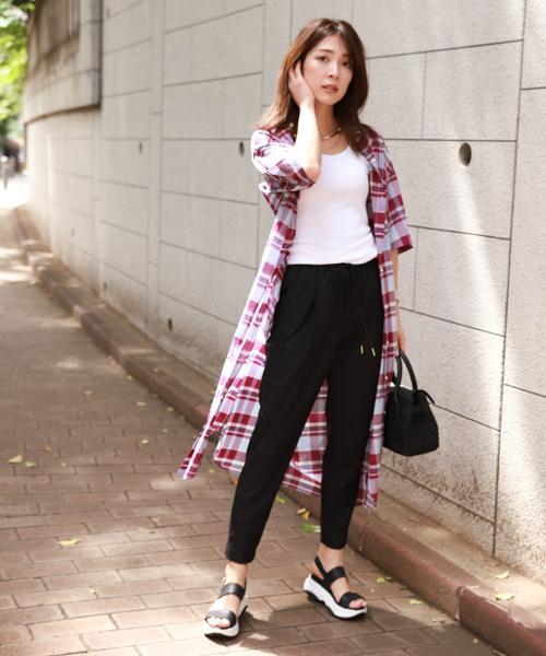 黑白色調穿搭+長版格子襯衫