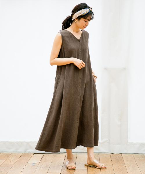 簡約基礎色連身裙搭配絲巾