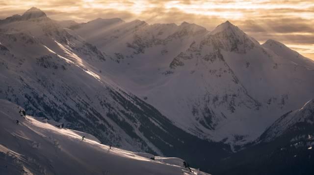 這 裡 長 年 積 雪 , 滑 雪 邊 界 深 不 可 測  www.whistlerblackcomb.com