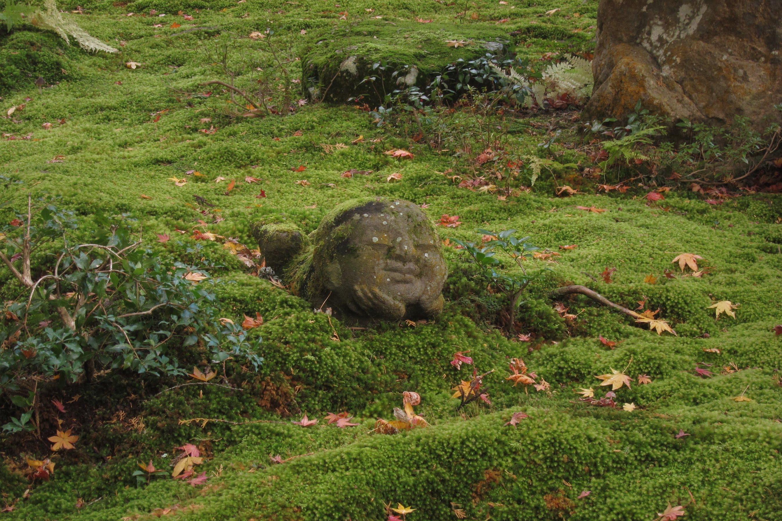 被飄落的楓葉包圍著的,是面容安祥滿足的小小地藏