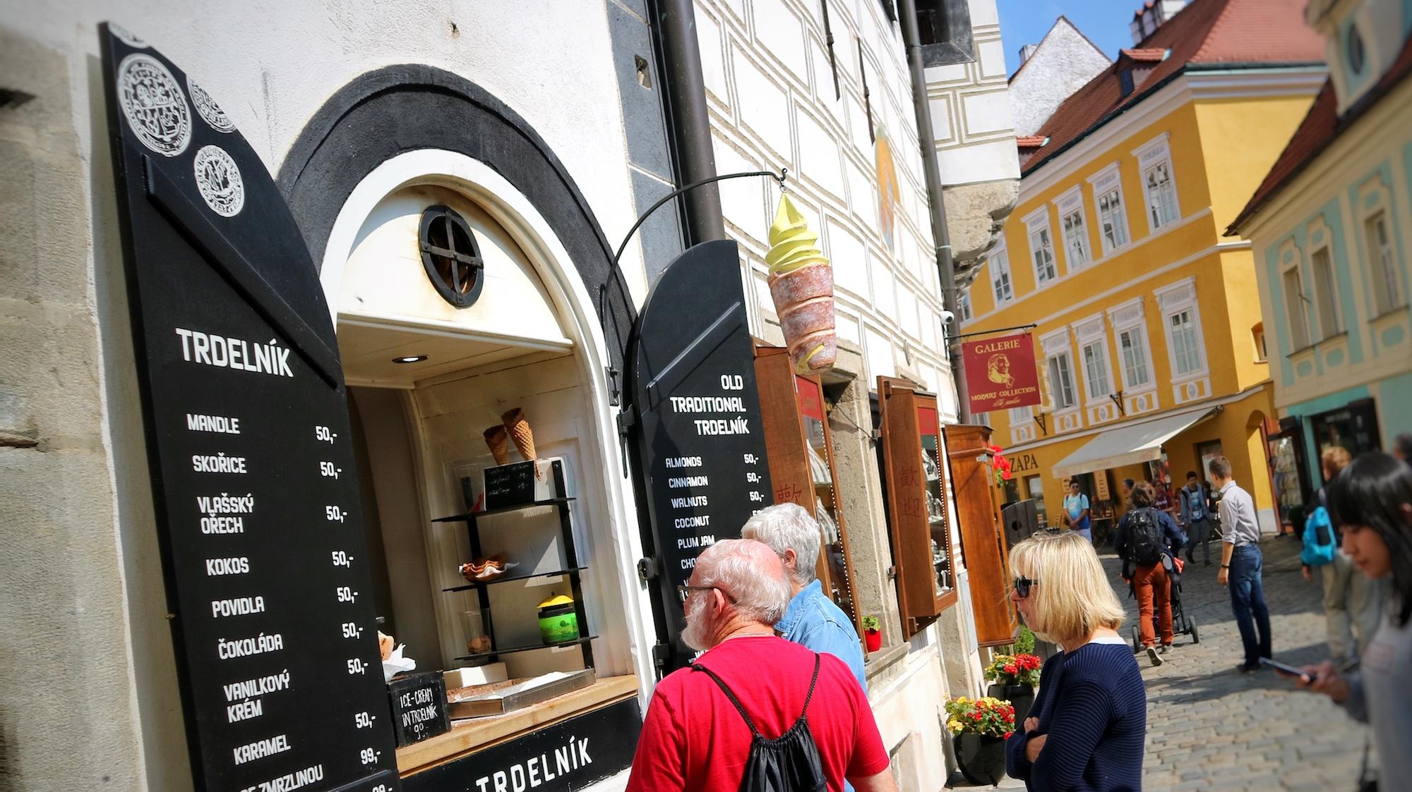 在捷克的熱鬧景點都能找到Trdelnik,加冰淇淋也好吃。Photographer | Serina Su