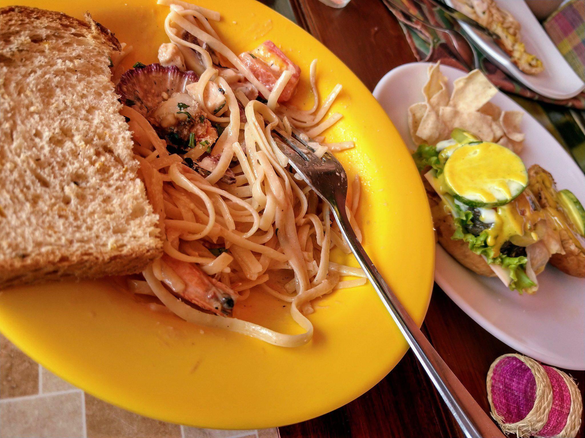 海鮮義大利麵、牛肉漢堡 圖片來源:Vanessa