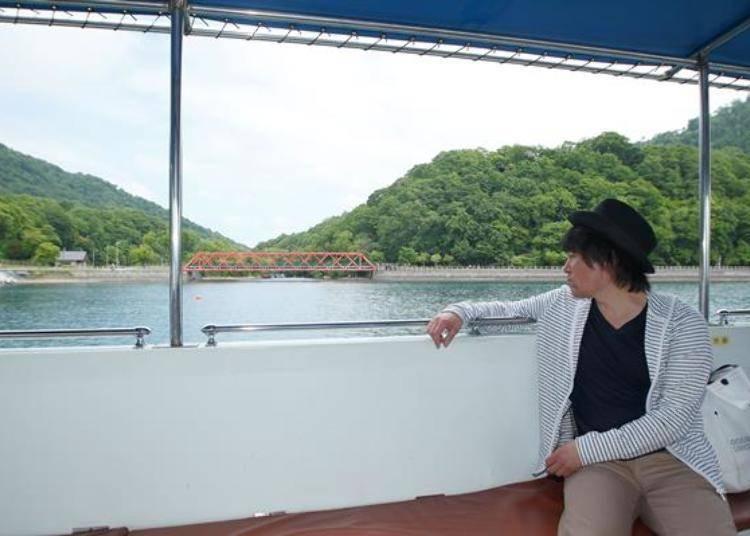 ▲出航後馬上就會見到支笏湖的象徵「山線鐵橋」。綠意盎然的山景、湛藍的湖水與艷紅的橋樑真是完美的搭配