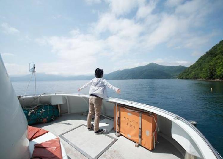 ▲不只是可以從船底觀賞湖水,也可以在甲板欣賞山湖風光
