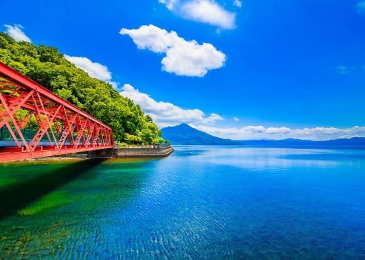 ▲澄澈的湖水與艷紅的山線鐵橋是支笏湖的象徵景色