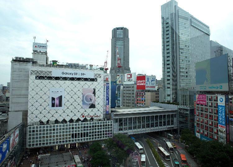 佇立於眼前的澀谷車站東急大廈、Mark City。連接JR與京王井之頭線的通路下方(照片右下)可以看見許多巴士通過。