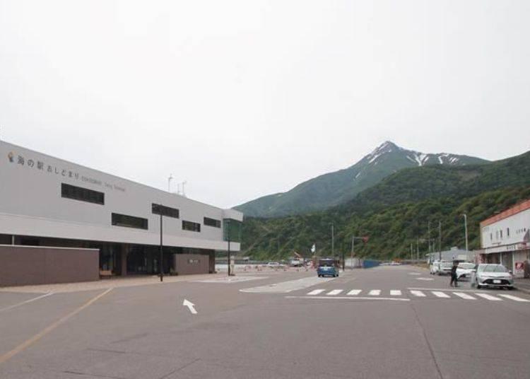 正面看去是利尻島的地標,利尻山!左邊是渡輪碼頭中心,右邊有數家店家並排在一起,最後1家就是Sato食堂。
