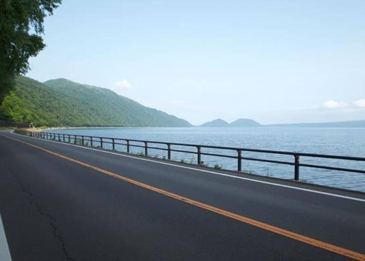 ▲雖然沒有可以環湖一周的道路,但湖的東側的支笏湖溫泉地區到北側和南側方面的話有通行的道路,可以在這裡環湖兜風