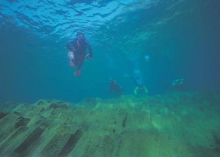 ▲雖然這不是從船上可以觀賞到的景色,但就像這樣支笏湖湖底也有許多狀觀的柱狀節理(照片提供:支笏湖觀光協會)。