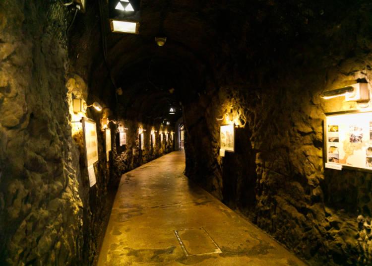 洞窟內的展示長廊,展示了岩屋的歷史等資料