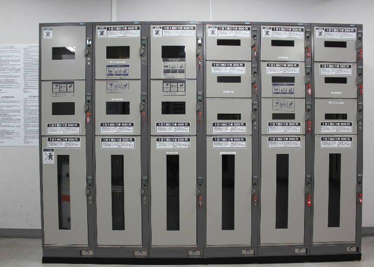 成田機場第一航廈出發廳的鑰匙鎖置物櫃。