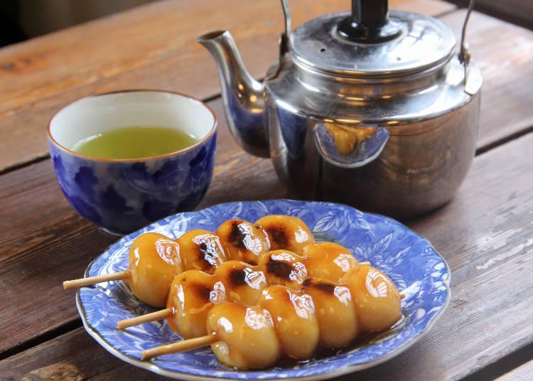 淋上帶有甘甜風味醬汁的烤糰子 一盤3串450日圓