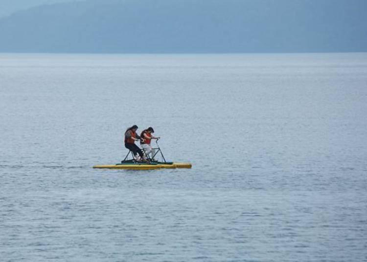 ▲像是騎自行車般踩動踏輪前進的2人座河皮艇(30分2000日圓)。可以在水中遊覽船乘車處租借。
