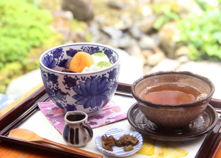 冰淇淋紅豆蜜(800日圓),裡頭有選用日本國產洋菜製作的寒天、紅豆餡及冰淇淋等佐料。
