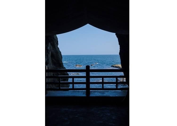 因為逆光的關係,暗暗的洞窟與蔚藍的大海形成了強烈的對比,感覺更壯觀了!偶爾還可以看到遠處有漁船經過,好像一幅畫