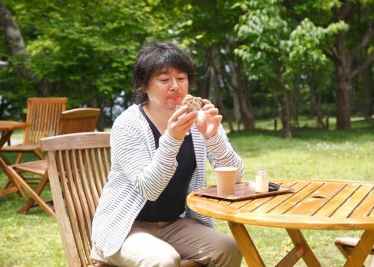 ▲有購買甜點的顧客也可以在飯店裡的庭園享用