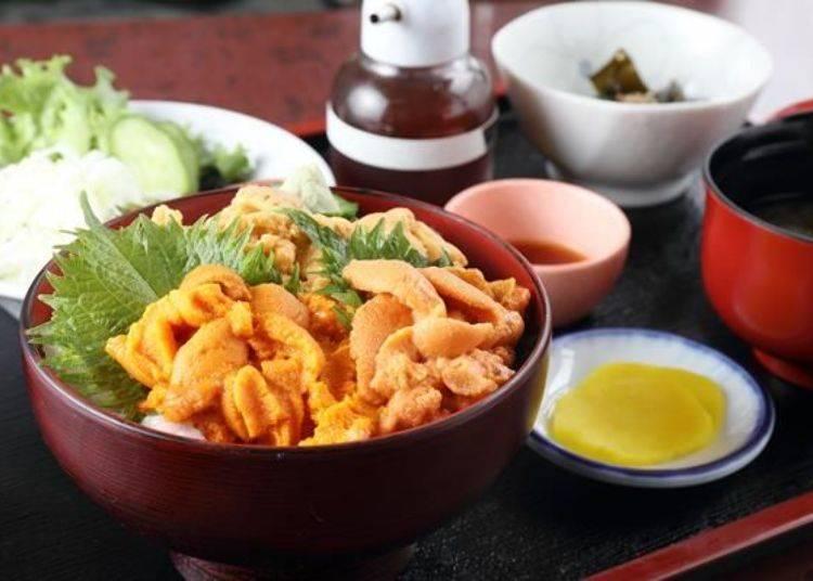 「生海膽丼飯」。有附生菜沙拉、味噌湯、小鉢料理以及醬菜。