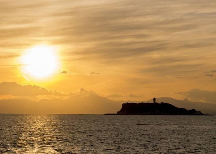 從七里濱或稻村崎觀賞,可以看到被夕陽染紅的整座江之島