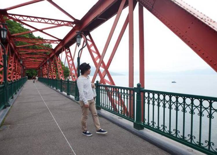 ▲從橋上可以看到遼闊的湖面景色