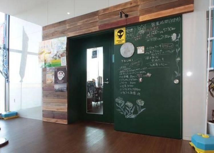 TSUKI CAFE也是在鴛泊渡輪碼頭中心內,在渡輪到達前或是等待出發時可到此用餐。