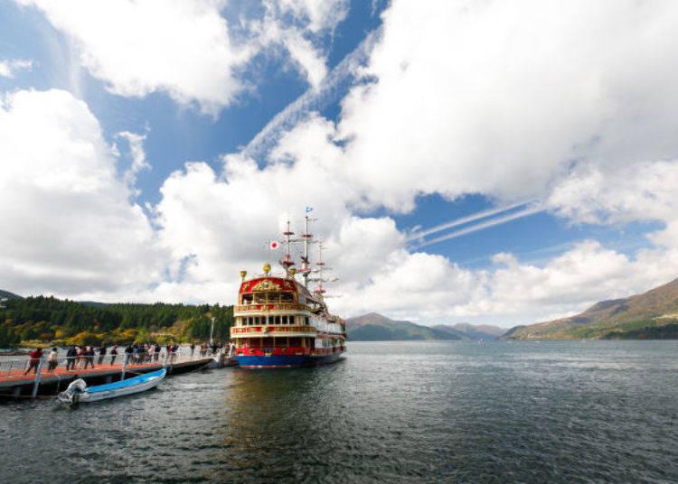 ▲華麗紅色船身的RoyalⅡ 南歐皇家太陽號,船內有許多特別設計