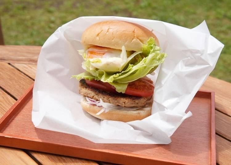 ▲使用北海道內生產量首屈一指的千歲雞蛋製成的「千歲漢堡(千歳バーガー)」(680日圓)。漢堡麵包中夾的是近郊產的蔬菜、牛豬漢堡肉