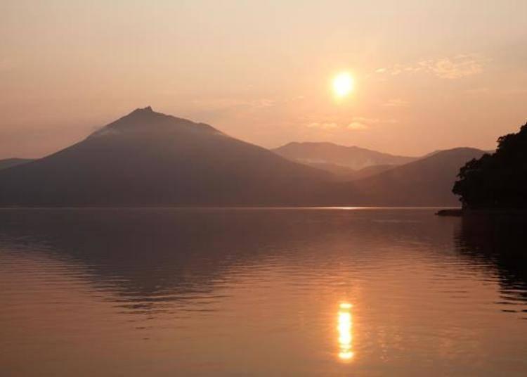 ▲染上暗紅色的支笏湖。惠庭岳與湖面上倒映的夕陽美的如詩如畫!