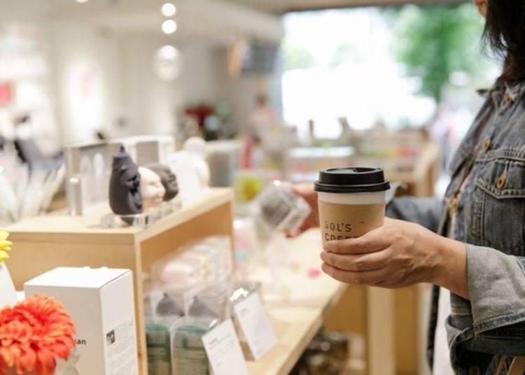 單手拿著咖啡,一邊隨心所欲地欣賞店內陳列的原創商品