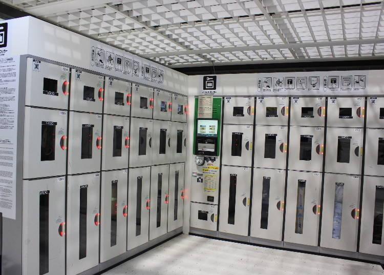 第二航廈則全都是密碼鎖置物櫃。除了現金之外也能用Suica支付,錢付完之後要記得到中間有螢幕的地方拿寫有密碼的收據。