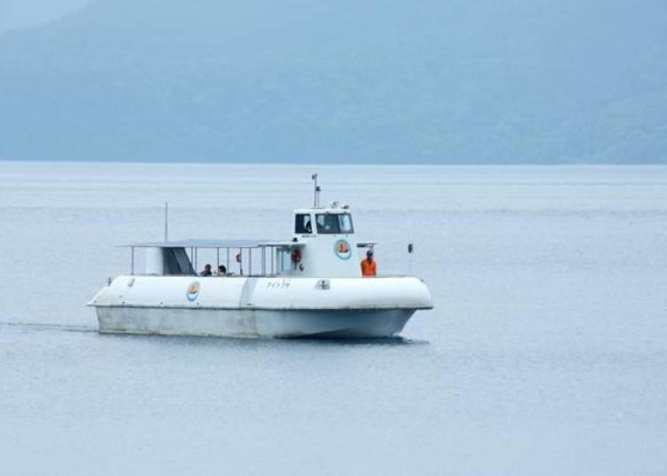 ▲支笏湖的水中遊覽船。乘船時間約30分鐘,費用為成人1620日圓,小學生810日圓